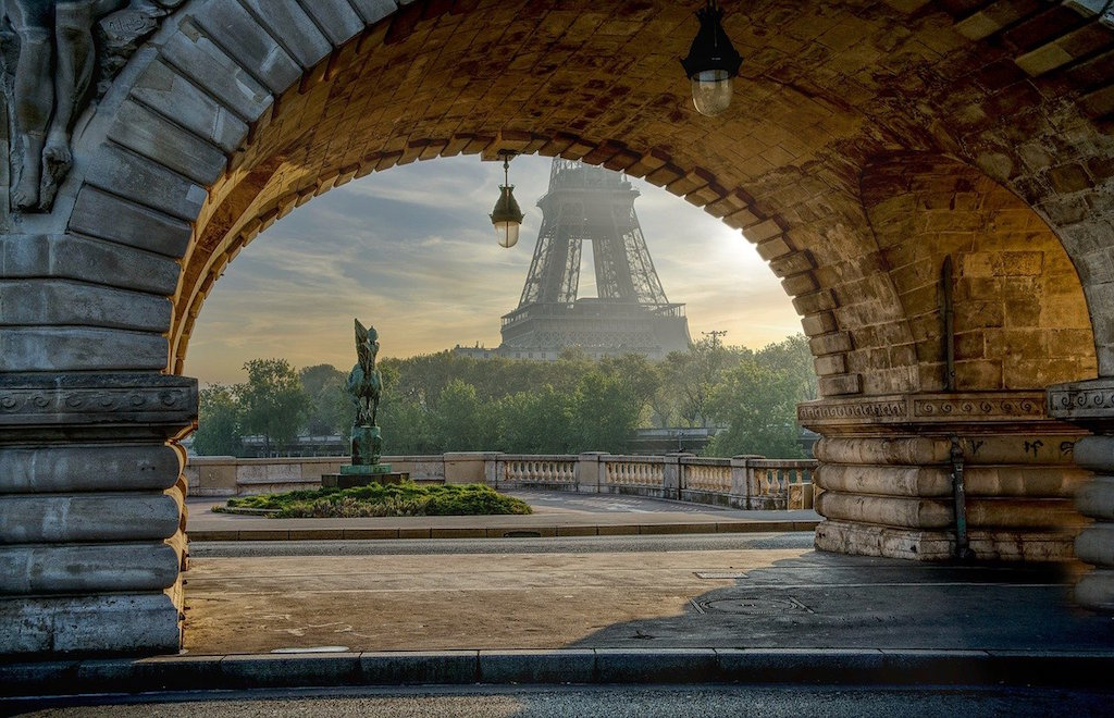 arch-with-the-Eiffel-Tower